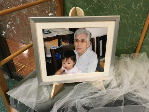 亡き義祖母に抱っこされる娘の写真。