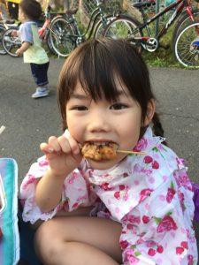 浴衣的な物を着た娘も美味しく焼き鳥を食べてます(^^)