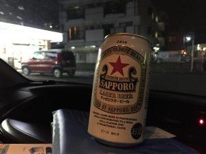 買ったビールをそのまま飲んでレッカーを待つ!