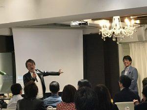 藤村先生と講演する鳥原さん