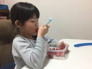 娘は大好きな苺を頬張っております^ ^