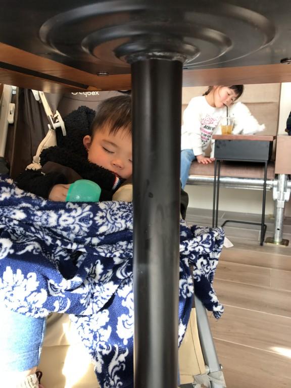 息子が寝てる奥で…