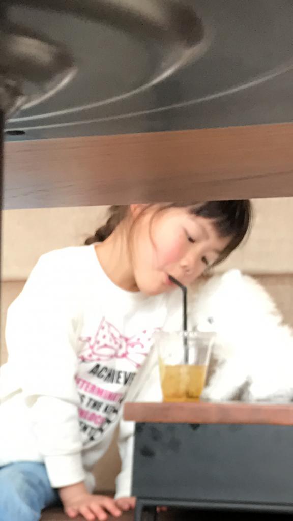 この顔でジュースを飲む娘…wどんな顔やねん!!